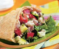 Greek Salad Pitas - 30 minutes or fewer. To pack this for lunch, wrap the pita pockets separately, and fill them with the salad just before serving. Or enjoy the chopped salad on its own with a bowl of soup for dinner. Greek Chicken Pita, Greek Pita, Greek Salad, Vegetarian Times, Vegetarian Recipes, Healthy Recipes, Vegetarian Lunch, Vegetarian Cooking, Healthy Foods