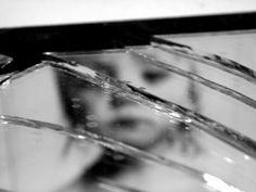 violencia infantil (menina espelho quebrado)