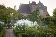 The Elizabethan Priest's House overlooks the white garden/Sissinghurst