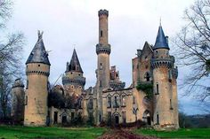 Abandoned Castle Chateau de Bagnac in France Abandoned Castles, Abandoned Mansions, Abandoned Places, Beautiful Castles, Beautiful Buildings, Old Buildings, Abandoned Buildings, Chateau De Maintenon, Photo Chateau