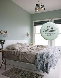 Coup de coeur pour la couleur de peinture Bleu Palladien de @benjamin_moore utilisée dans cette chambre par Eliot et Alexandra Angle. | Maison & Demeure
