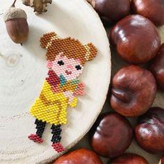 Voici ma participation au défi miyuki d'automne, avec cette petite poupée au bouquet de feuilles et ses marrons......#miyuki #miyukibeads #miyukidelica #marrons #perlesandco #couleursmiyukidautomne #mumuse@coeur__citron @lili_azalee @lesptitsbonheursdemamzellelulu Little Girl Jewelry, Girls Jewelry, Peyote Patterns, Beading Patterns, Miyuki Beads, Beaded Cross, Beaded Clutch, Peyote Stitch, Bead Weaving