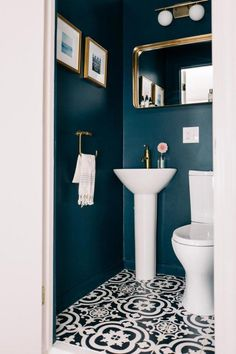 Small WC / powder room painted in dark blue with gold hardware Kleine Toilette / Gästetoilette in Du Powder Room Paint, Blue Powder Rooms, Modern Powder Rooms, Small Powder Rooms, Gold Powder, Bad Inspiration, Bathroom Inspiration, Wc Retro, Small Toilet Room