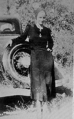 """smile Bonnie"" Bonnie Parker a distant relative. Bonnie Parker, Bonnie Clyde, Real Gangster, Mafia Gangster, Vintage Pictures, Old Pictures, Old Photos, Famous Outlaws, Crime"