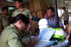 """Hàng loạt cơ sở sản xuất mũ bảo hiểm nhái bị """" phanh phui"""""""
