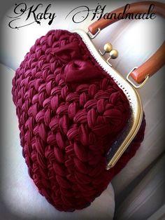 T-shirt yarn crochet bag Crochet Clutch, Crochet Fabric, Fabric Yarn, Crochet Handbags, Crochet Purses, Cute Crochet, Crochet Crafts, Knit Crochet, Yarn Bag