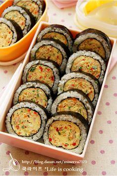 아주 간단한 참치달걀말이김밥 – 레시피 | 다음 요리 Korean Dishes, Korean Food, Tteokbokki Recipe, Clean Recipes, Cooking Recipes, Kimbap, Good Food, Yummy Food, Batch Cooking