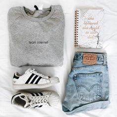 casual outfit flatlay Source by flatlay Flat Lay Photography, Style Converse, Moda Do Momento, Shorts Jeans, Trendy Fashion, Womens Fashion, Flat Lay Fashion, Fall Fashion, Casual Clothes
