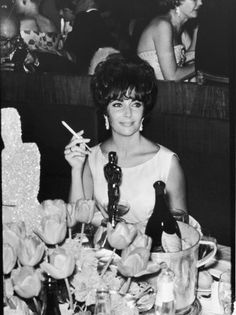 Elizabeth Taylor with her Oscar for Butterfield 8