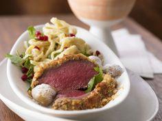 Hirschrücken mit Nusskruste und glasierten Kastanien ist ein Rezept mit frischen Zutaten aus der Kategorie Hirsch. Probieren Sie dieses und weitere Rezepte von EAT SMARTER!