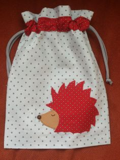 bolsa merienda erizo Fabric Bags, Fabric Scraps, Sewing Crafts, Sewing Projects, Coin Couture, Diy Bags Purses, Patchwork Baby, Zipper Bags, Sewing For Kids