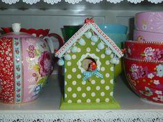 Leuk ter decoratie op de kinderkamer zijn deze met de handbeklede vogelhuisjes. Met zorg worden de stofjes, lintjes en tierlantijntjes bij elkaar gezocht.    Ook leuk als kraamcadeau voor de baby-kamer