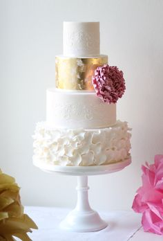 We love wedding cakes! We have everything from the latest trends (bye naked cakes!), to the flavors everyone is loving, expert tips and thousands of beautiful wedding cakes to inspire you. Metallic Cake, Metallic Wedding Cakes, Gold Wedding, French Wedding, Cake Wedding, Wedding Ceremony, Cake Roses, Rose Cake, Beautiful Wedding Cakes