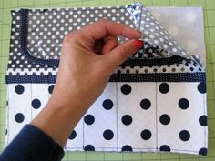 Fat Quarter Series: Makeup Brush Roll Tutorial Diy Sewing Projects, Sewing Hacks, Sewing Tutorials, Sewing Crafts, Sewing Tips, Makeup Brush Roll, Makeup Brush Holders, Diy Makeup Bag, Fat Quarter Projects