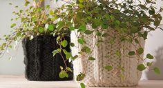 """Faciles à réaliser, ces cache-pots à tricoter décorent vos pots à plantes etréchauffentla pièce !  Le matériel – du fil de laine Pingouin """"Arctique"""",Coloris écru ..."""