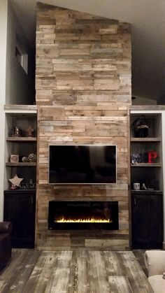 A DIY Pallet wall TV place ideas becomes an item of Wall artit appears spectacular! The hidden TV stand permits you to slide up and down from a cabinet. There are quite a lot of methods to get your DIY TV stand in your residence. Prefab Fireplace, Pallet Fireplace, Reclaimed Wood Fireplace, Rustic Fireplace Mantels, Wood Mantels, Fireplace Wall, Fireplace Design, Propane Fireplace, Fireplace Ideas