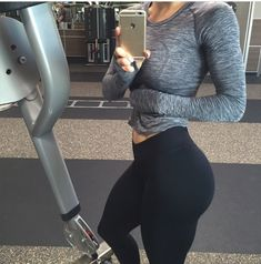 @brittanyperilleee takes a mid workout S-curve belfie
