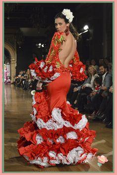 Espalda descubierta en vestido de flamenca de Angel Corrales en We Love Flamenco 2015