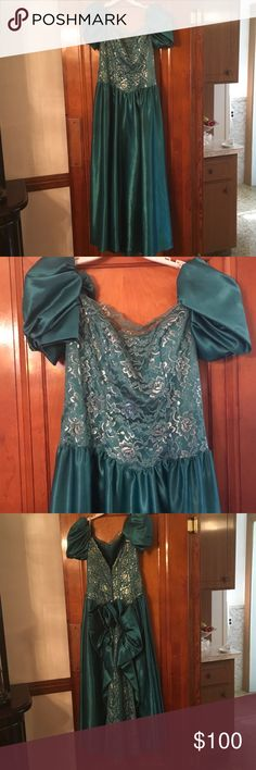 Green evening/formal/wedding dress ☺️😘😄😁😎✅💯 Only worn once, for a wedding.  It's a beautiful dress for a formal, prom or even a wedding. It includes handless gloves for the arms. Eve of Milady Dresses Wedding