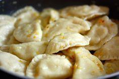 Piroggen gibt es in Polen mit vielen verschiedenen Füllungen. Der Klassiker aber sind Pierogi ruskie. Und so macht sie meine polnische Schwiegermama. Pizza Snacks, Party Buffet, Tzatziki, Ravioli, International Recipes, Macaroni And Cheese, Clean Eating, Food And Drink, Low Carb