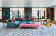 Дизайнер Стивен Гэмбрел показывает, как переосмыслить традиционный интерьер с помощью цвета. Карамельные тона превращают парадное по размаху помещение в симпатичную гостиную для семьи с тремя детьми. Впрочем, здесь есть что взять на вооружение и помимо цветовой гаммы — обратите внимание, как рачительно обращается дизайнер с пространством. Ящики под окнами, стеллажи во всю высоту комнаты в простенках между ними — не удивительно, что здесь так просторно!