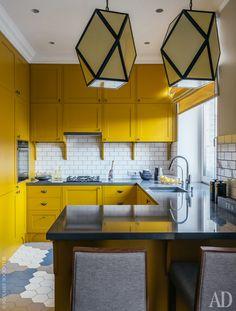 Кухня сделана на заказ по эскизам Enjoy Home. Барные стулья Ton.