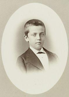 Prince Pedro de Saxe-Cobourg-Gotha et Bragance (1866-1934) fils de la princesse Léopoldine du Brésil et du prince Louis-Auguste de Saxe-Cobourg-Gotha. Atteint de troubles mentaux, il passa une grande partie de sa vie enfermé
