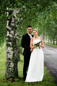Hääkuvaus Oulu - Hääkuvaaja Harri Rauhanummi | Linnan Juhlakuva. Oulujoen kirkko. Hääpotretti.