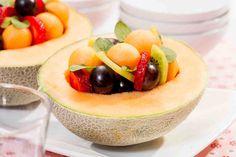 Sałatka owocowa w melonie. #melon #kiwi #pomarańcze #winogrona #truskawki #deser #dzieńkobiet #smacznastrona #tesco #przepisy #przepis