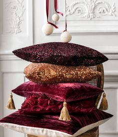 Cushion cover in velvet with tassels at the corners and a concealed zip at the bottom.   H&M HOME