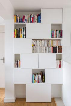 Bibliothèque design sur mesure dans la salle à manger - réaménagement d'un 60 m2 parisien par Mon Concept Habitation