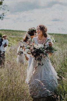婚紗對女生的意義重大,不僅代表著一輩子的交付與承諾,有時還是家裡好幾代的回憶與傳家寶,母親總想把這個代表「幸福」的物件一代一代傳下去。最近在英國女生Tess Newall的身上就發生了一件既驚險又感人的小故事。最近成為新嫁娘的Tess....