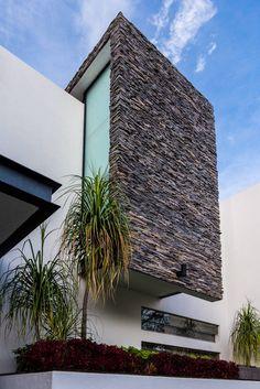 Busca imágenes de diseños de Casas estilo moderno}: detalle fachada. Encuentra las mejores fotos para inspirarte y y crear el hogar de tus sueños.