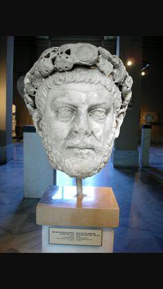 Diocleziano,IV secolo d.C.Marmo a tutto tondo.Oggi conservato a Istanbul.