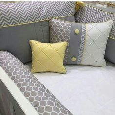 Inspiracoes Quarto do bebê Bed Pillows, Pillow Cases, Nursery, Room Inspiration, Inspiring Pictures, Bed Linens, Baby Girls, Crib Bumpers, Cribs