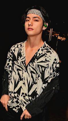 """BTS V/ Kim Taehyung/ Tae mf hot damn please save me lockscreen/ wallpaper from GRAMMYs"" Bts Taehyung, Bts Bangtan Boy, Namjoon, Jimin Jungkook, Daegu, Foto Bts, V Bta, Bts Kim, V Bts Wallpaper"