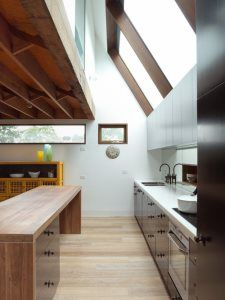 Image 12 of 19 from gallery of Orange Grove House / Fiona Winzar Architects. Photograph by Shania Shegedyn Timber Handrail, Timber Beams, Kitchen Interior, Kitchen Design, Timber Structure, Cuisines Design, House Made, Cool Kitchens, Kitchen Remodel