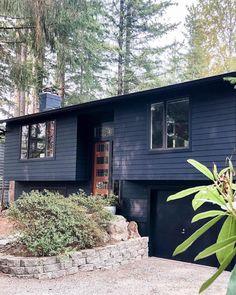 ALLI | home design + styling (@the.hoss.homestead) • Instagram photos and videos Black House Exterior, Cottage Exterior, Modern Exterior, Exterior Houses, House Exteriors, Exterior Paint, Exterior Design, Exterior Doors, Split Level Exterior