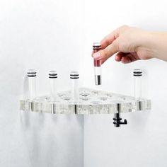 Die innovative Duschablage STICK-IT hat 6 variable Stifte zum Stecken und ermöglicht es, die Ablage passgenau auf die persönlichen Bedürfnisse abzustimmen.  Gesehen bei kloundco.de