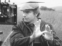 Peter  Weir (Sydney, 21 de agosto de 1944) é um diretor e roteirista australiano. Gallipoli(1981); O ano que vivemos em perigo(1982); A Testemunha(1985); Sociedade dos poetas mortos(1989); Green Card - Passaporte para o amor(1990); O show de Truman - O show da vida(1998); Mestre dos mares(2003); Caminho da Liberdade(2010).