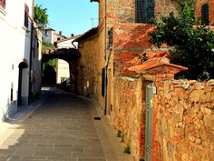 The town of Vinci is the perfect stop-off on the way either to, or from Florence. It has an old world charm that shines through on its own merit without having to name check Leonardo at every opportunity.
