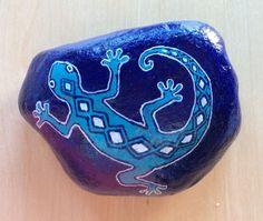 Decorative blue gecko painted rock paperweight por AlisonsArt