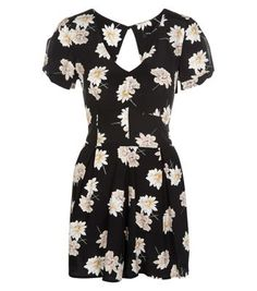 """On summer evenings out wear this daisy print playsuit with tan block heel sandals and a dark red lip.- All over daisy print- V neckline- Knot sleeve design- Mini length- Casual fit- Model is 5'8""""/176cm and wears UK 10/EU 38/US 6"""