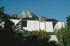 Die Es : an architects home : Gwen & Gawie Fagan : Camps Bay, Cape Town Camps Bay Cape Town, Landscape Planner, South African Homes, Outdoor Living, Indoor Outdoor, Self Build Houses, Decor Home Living Room, Room Decor, Reserva Natural