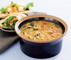 Mustig och smakfull indisk soppa med röda linser, kanelstänger och garam masala. Till soppan serverar du pitabröd fyllda med en fräsch röra av morötter, citronjuice och fetaost.