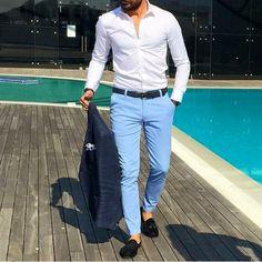 Camisa manga larga corte ajustado y pantalones azul.