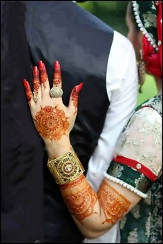 Stylish Mehndi Designs Collection consists of best, easy to make mehndi styles patterns for the girls who have to attend weddings, events & parties. Stylish Mehndi Designs, Latest Mehndi Designs, Mehandi Designs, Bridal Henna Designs, Bridal Mehndi, Pakistani Bridal, Bridal Lehenga, Mehendi, Wedding Couple Poses Photography