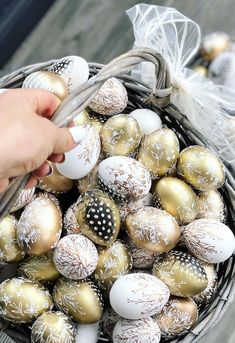 Gold Easter Eggs, Easter Egg Crafts, Easter Tree Decorations, Carved Eggs, Easter Pictures, Coloring Easter Eggs, Egg Decorating, Egg Hunt, Basket Ideas