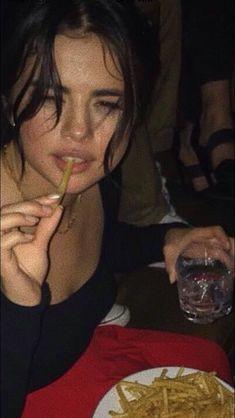 Selenea Gomez eats a weird green thing Selena Gomez Fotos, Estilo Selena Gomez, Selena Gomez Cute, Selena Gomez Pictures, Selena Gomez Style, Thats 70 Show, Selena Gomez Wallpaper, Marie Gomez, Cara Delevingne