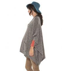 Un poncho de grossesse en maille tricotée, confortable et tout-terrain.